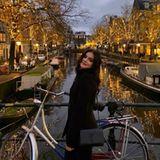 """3. Januar 2020  """"Hab' mein Rückflugticket storniert, also Tschüss Los Angeles!"""" Mit diesen Worten kommentiert Schauspielerin Ariel Winter ihren Urlaubsschnappschuss aus Amsterdam. Die schöne Stadt der Grachten hat es ihr wohl angetan, aber was wäre einechtes California-Girl ohne Strand?"""