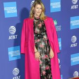 Schauspielerin Laura Dern brilliertin einer aufregenden Erdem Robe mit floralem Muster auf dem roten Teppich. Mit dem pinken Bodenlangen-Mantel wird ihr Look zu einem der Highlights des Abends.