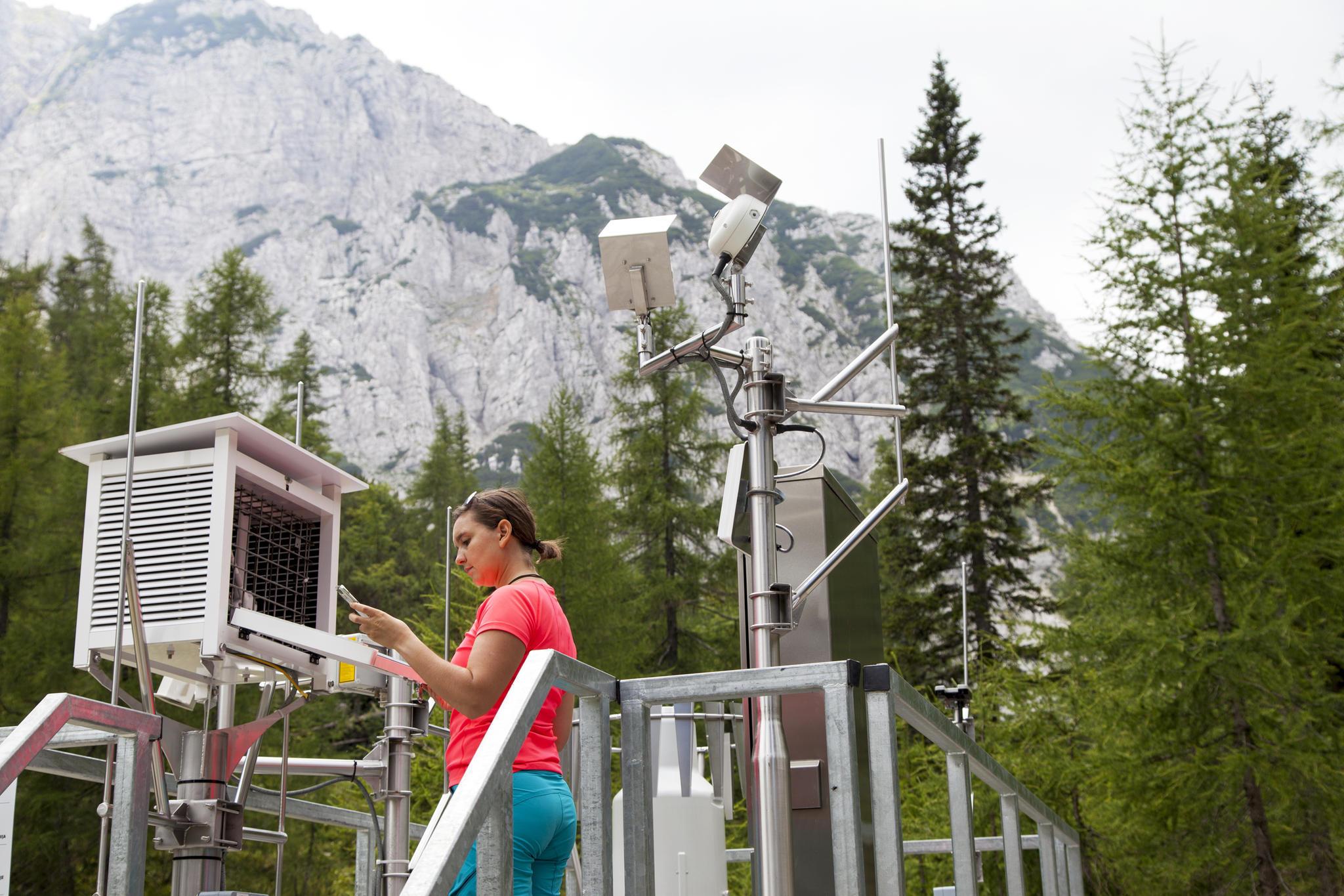 Eine junge Meteorologin überprüft die Arbeit einer Wetterstation. (Symbolbild)