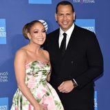 Jennifer Lopez ist glücklich und das zeigt sie auch auf dem roten Teppich. Die zart angedeuteten Rosen auf ihrem Richard Quinn Kleid scheinen zu ihrer verliebten Stimmung zu passen. Die schimmernde Robe ist nicht nur von vorne ein Hingucker ...