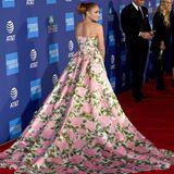 ... noch viel aufregender ist die ausladende Schleppe. Jennifer Lopez weiß diese als Profi natürlich gekonnt in Szene zu setzen.