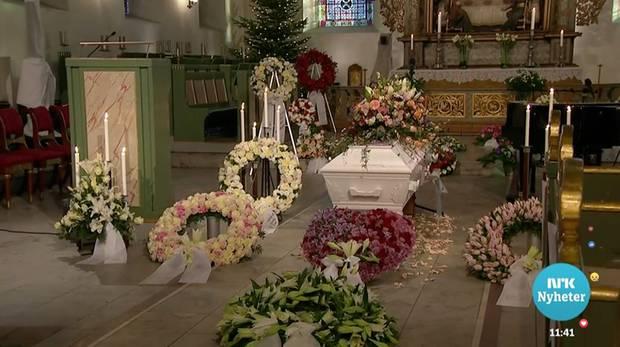 Der weiße Sarg wird in der Domkirche von Oslo von zahlreichen Blumenbouquets flankiert und geschmückt.