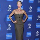 """Beim Palm Springs Film Festival zum Beginn des neuen Jahres zeigen die Hollywood-Schönheiten wieder einmal ihren Sinn für Mode. Charlize Theron hat bereits im letzten Jahr schon mit dem ein oder anderen """"Red-Carpet""""-Look geglänzt, mit dieser Dior-Robe hat sie jedenfalls alles richtig gemacht. Die roten Lippen und das streng nach hinten gekämmte Haar passen zu dem eher klassisch geschnittenen Etuikleid."""