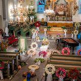 Ein farbenfroher und zugleich unendlich trauriger Anblick:Der weiße Sarg von Ari Behn steht in der Domkirche inmitten von vielen bunten Blumenkränzen.