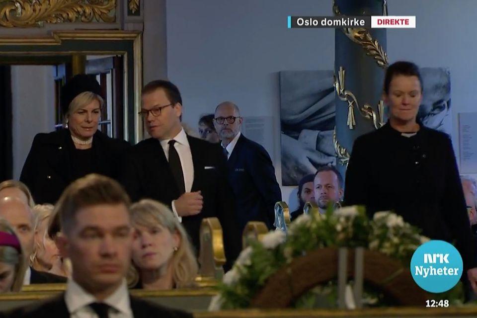 Prinzessin Laurentien und Prinz Daniel schreiten Seite an Seite durch den Osloer Dom zu ihren Plätzen.
