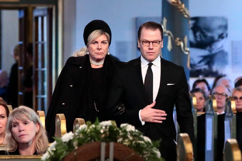 Mit traurigen Mienen betreten Prinzessin Laurentien der Niederlande und Prinz Daniel von Schweden die Kirche.
