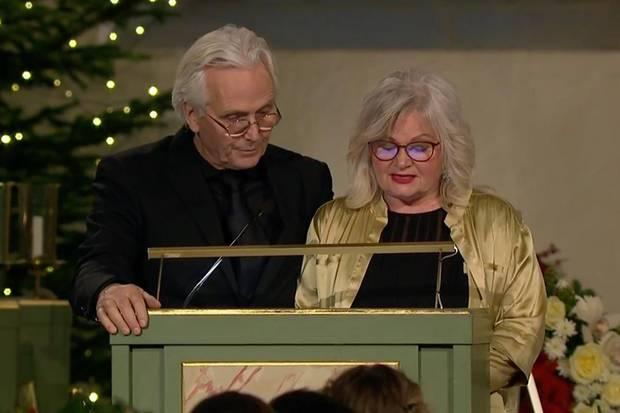 Ari Behns Eltern,Olav Bjørshol und Marianne Behn, richten das Wort an die Trauernden.
