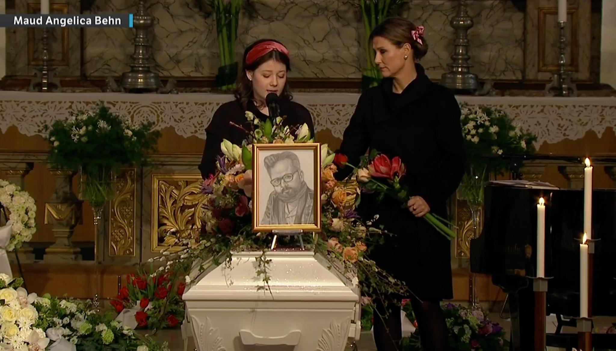Maud Angelica richtet persönliche Worte an ihren Vater. Prinzessin Märtha Louise steht ihr zur Seite.
