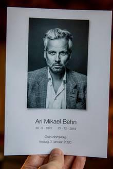 Mit direktem Blick sendet Ari Behn einen letzen Gruß vom Programmheft der Trauerfeier.