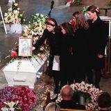 Liebevoll legen Ari Behns Töchter Emma Tallulah, Leah Isadora und Maud Angelica an der Seite ihrer Mutter Prinzessin Märtha Louise Blumen für ihn nieder.