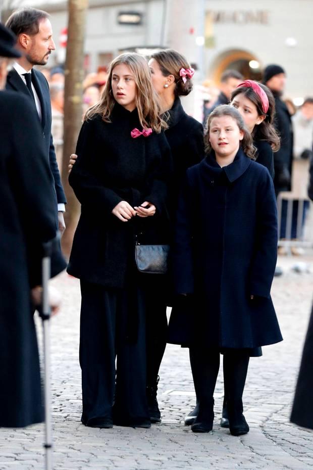 Prinzessin Märtha Louise wartet mit ihren Kindern Leah Isadora, Emma Tallulah und Maud Angelica vor der Domkirche. Neben Märtha steht ihr Bruder, Prinz Haakon.