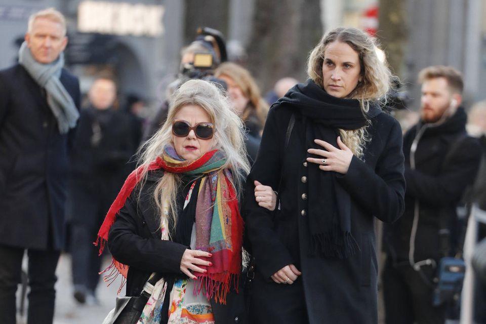 Ebby Rysst Heilmann (rechts) auf dem Weg zur Domkirche. Von wem sie begleitet wird, ist nicht bekannt.