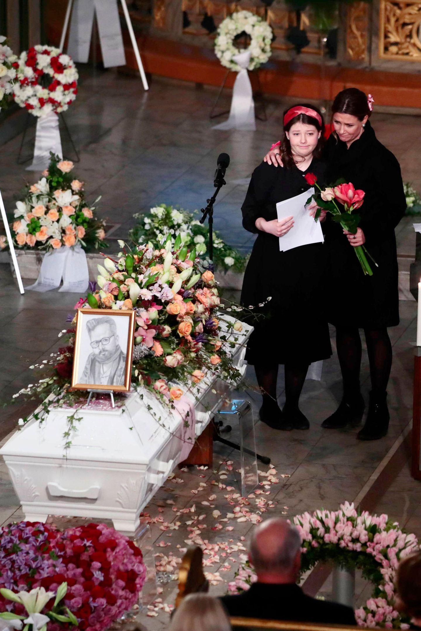 Maud Angelica wird von ihrer Mutter Prinzessin Märtha Louise gehalten, nachdem sie herzergreifende Worte an ihren verstorbenen Vater gerichtet hat. Das Bild auf dem Sarg hat sie für Ari Behn gezeichnet;es sollte ein Weihnachtsgeschenk sein.
