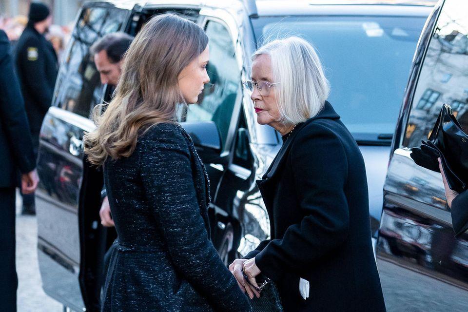 Prinzessin Ingrid Alexandra geht mit ihrer Großmutter mütterlicherseits, Marit Tjessem, zur Domkirche.