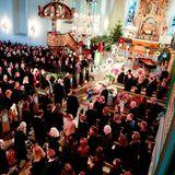 Die norwegische Königsfamilie mit Harald, Sonja, Kronprinz Haakon und seinen Liebsten betreten als letzte Trauergästedie Kirche.