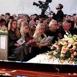 Ari Behns Lebensgefährtin EbbaRysst Heilmann sitzt am nächsten zum weißen, mit Blumen geschmückten Sarg.