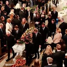 Prinz Haakon fungiert als Sargträger, Märtha Louise und ihre Töchter geleiten das Gespann nach draußen.