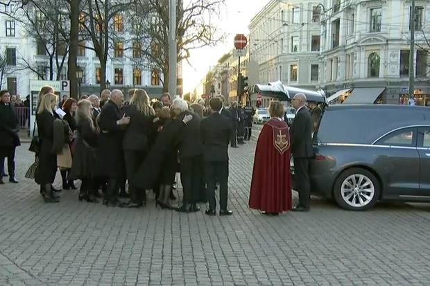 Ari Behns Angehörigen geleiten den Sarg zum Auto. Vertraut liegen sich die Trauernden in den Armen. Selbst König Harald umarmt die Anwesenden.