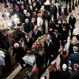 Beim Auszug aus derDomkirche wird Ari BehnsSarg von seinem Vater Olav Bjørshol, seinem Bruder Espen und seinem Schwager Prinz Haakon sowie drei weiteren Freunden getragen.Prinzessin Märtha Louise und ihre drei Töchter folgen.