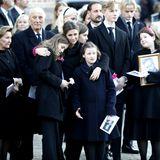 In Tränen verabschiedet die Familie den Sarg auf dem Vorplatz der Domkirche. An der Seite von Königin Sonja und König Harald umarmt Prinzessin Märtha Louise ihre Töchter.