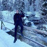 Auch Lena Meyer-Landrut posiert freudig vor winterlicher Traumkulisse.