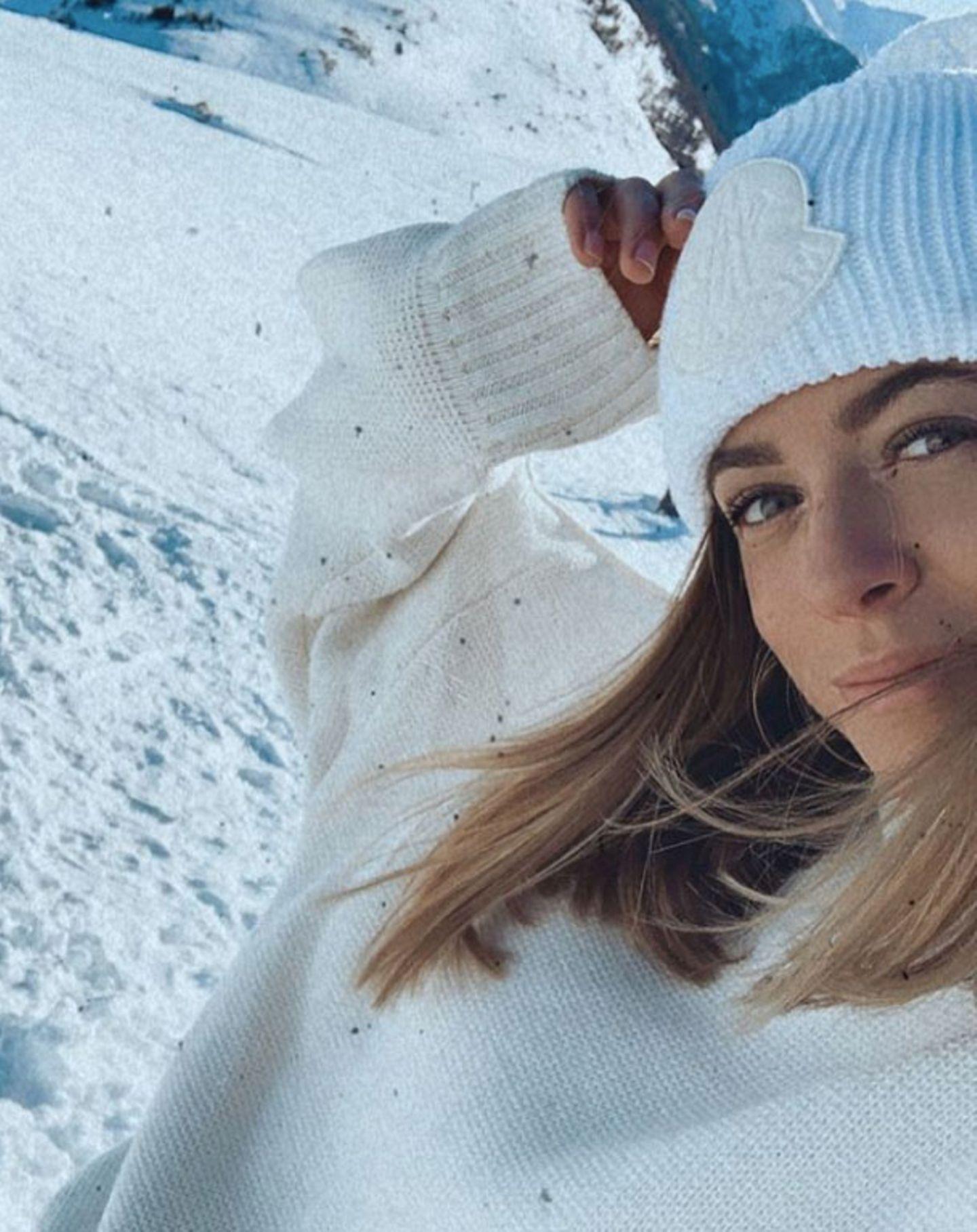 """Farblich abgestimmt auf ihre Umgebung sendetSchlagersängerin Vanessa Mai """"Liebe Grüße aus dem Schnee!""""."""