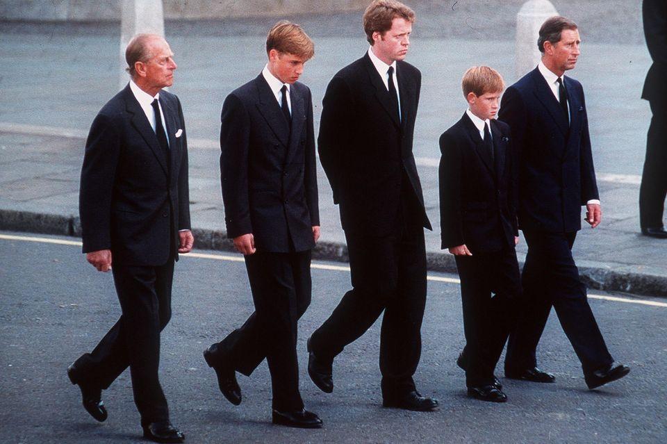 Prinz Philip, PrinzWilliam, Earl Spencer, PrinzHarry und Prinz Charles folgen dem Sarg von Prinzessin Diana.