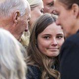 Und auch für seine Enkelin Prinzessin Ingrid Alexandra findet der König die richtigen, tröstenden Worte.