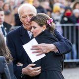 Ganz liebevoll nimmt König Harald seine Tochter Prinzessin Märtha Louise in den Arm.