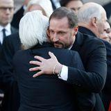 Prinz Haakon schenkt Ari Behns Vater Olav mit einer festen Umarmung Trost.