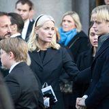 Prinzessin Mette-Marit und Prinz Haakon versuchen zu trösten, der Abschied scheint Marius aber besonders schwer zu fallen.