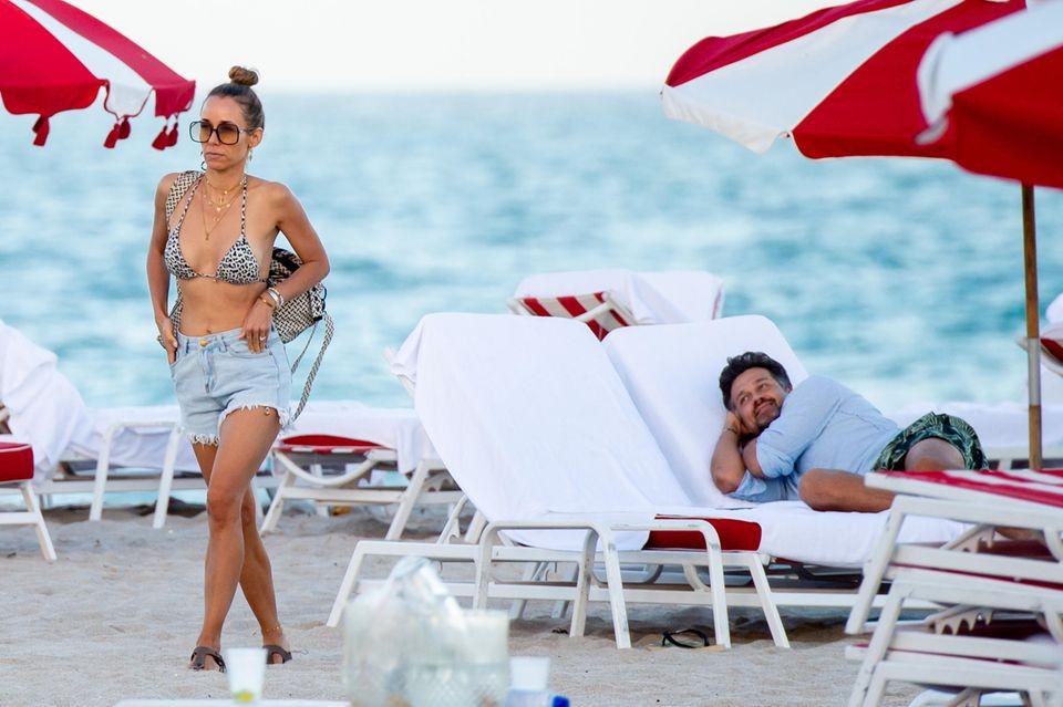 ... auch ihr Mann Wayne Carpendale kann den Blick von seiner Frau nicht lassen und schmachtet ihr auf der Sonnenliege nach.