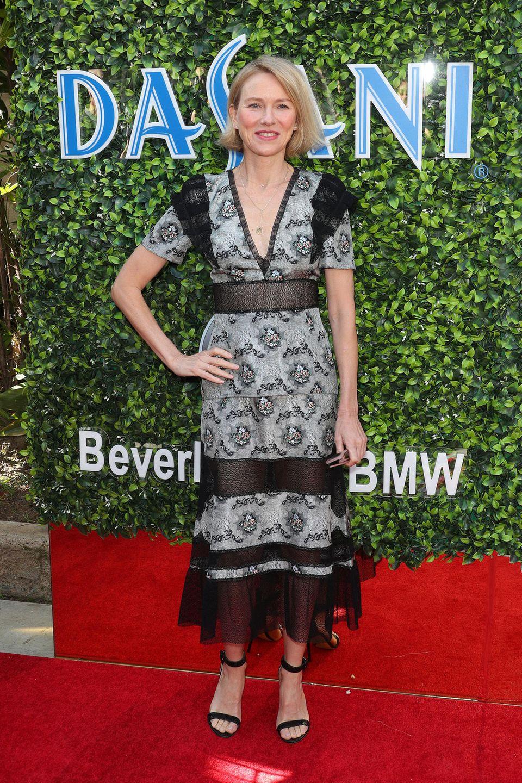 Es ist wieder soweit: Die 77. Verleihung der Golden Globes steht in den Startlöchern. Zum Auftakt dieses großartigen Events, zeigt sichSchauspielerin Naomi Watts am Morgen in Beverly Hills in einem dunkel geblümten Kleid des Labels Brock Collection mit transparenten Aussparungen und V-Ausschnitt.