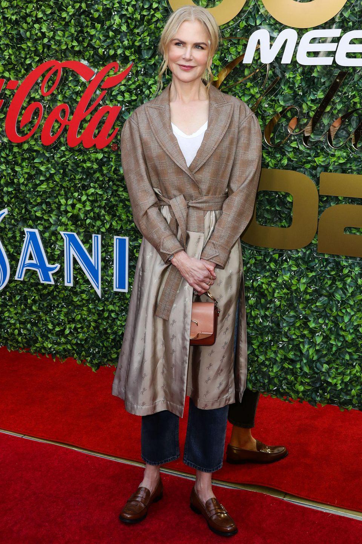 Nicole Kidman besitzt bereits 13 Golden GlobeAuszeichnungen. Für ihren Look zum Pre-Event bekommt sie von uns zwar keine Auszeichnung, dafür aber unsere Anerkennung. Mit flachen Loafern, einer klassischen Jeans und einem Mantel aus Satin und Wolle schreitet sie über den roten Teppich ohne dabei bieder zu wirken. Eine cognac-farbene Henkeltasche von Chloe perfektionieren den Look.