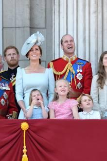 """Auch während der """"Trooping the Colour""""-Flugparade im Jahr 2018 zeigt sich die britische Familie am Balkon. Prinz George schaut nicht nur gebannt gen Himmel, er trägt auch erneut sein Lieblingshemd mit abgesetzter Knopfleiste."""