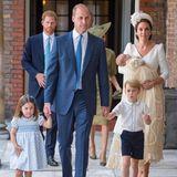 Prinz Georges Lieblingshemd durfte auch an Prinz Louis' Taufe im Juli 2018 nicht fehlen. Dazu kombiniert der kleine Prinz eine dunkle Shorts und süße Loafer.