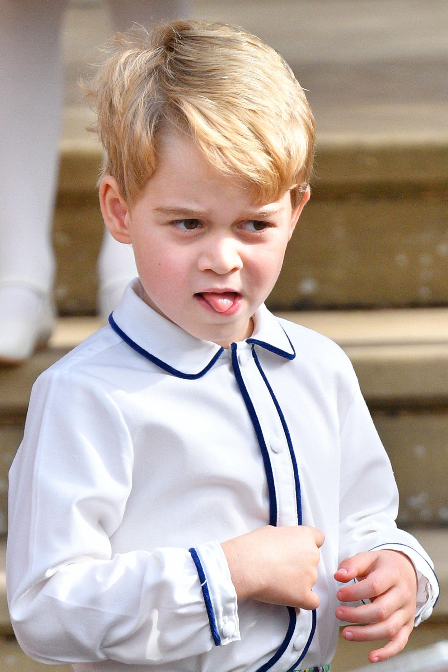 Zur Hochzeit von Prinzessin Eugenie im Oktober 2018 zeigt sich der royale Sprössling ebenfalls in einem weißen Hemd mit dunkelblauer Borde an Kragen und Knopfleiste.