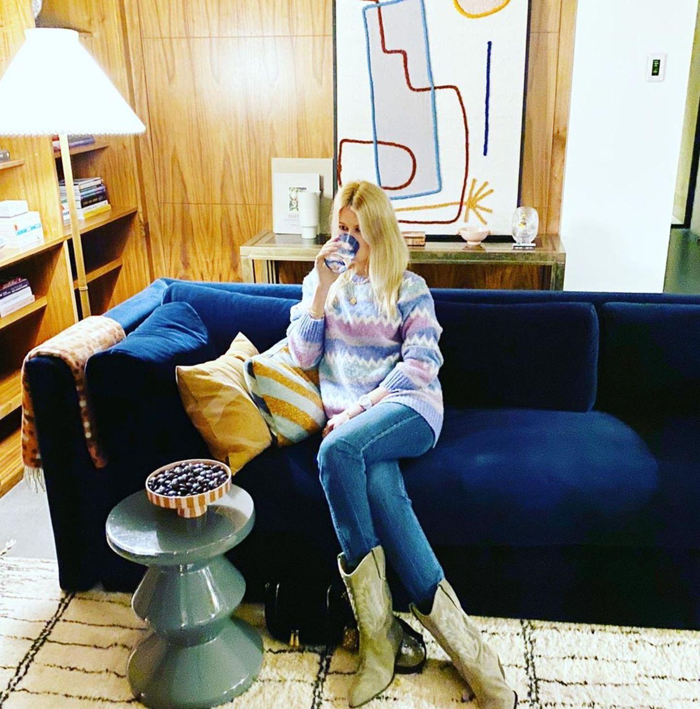 Topmodel Claudia Schiffer könnte selbst als Dekorationsgegenstand in ihrem eigenen Haus durchgehen. Ihre Isabel Marant Cowboyboots matchen mit ihrem beige-schwarz karierten Teppich, das kuschelige Samt-Sofa in der Farbe Königsblau passt zur Jeans des Supermodels.