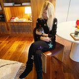 In Claudia Schiffers Wohn- und Essbereich befinden sich dunkle Holzmöbel in Kombination mit einem weißen, runden Tisch sowie einem flauschigen ebenfalls cremefarbenen Fransen-Teppich. Das Topmodel beweist nicht nur in Sachen Mode, sondern auch beim Thema Dekoration Geschmack.