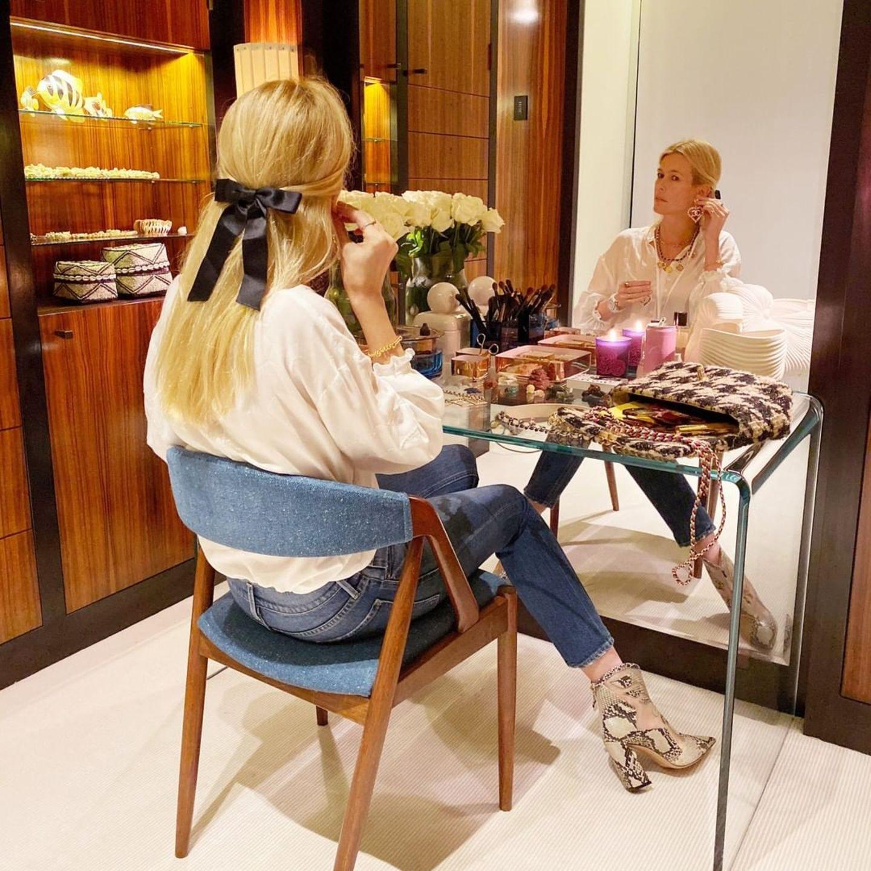 Ihr Faible für dunkle Holzmöbel findet sich auch im Schlafzimmer des Supermodels wieder. Vor einem bodentiefen Spiegel schminkt und frisiert sich die 49-Jährige.