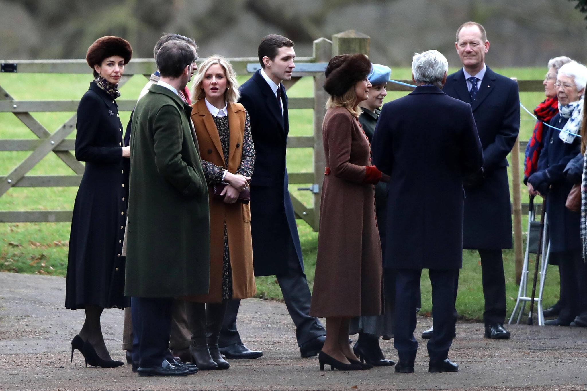Rose Hanbury (ganz linksim Bild) besucht ebenfalls den Gottesdienst. Ein paar Schritte weiter stehen Kates Eltern Carole (brauner Mantel, Fellmütze) und Michael Middleton (mit dem Rücken zum Fotografen).