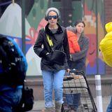 """Na hätten Sie sie erkannt? Mit Wollmütze, XXL-Sonnenbrille,Jeans und Einkaufswagen spaziertHollywood-Star Sarah Jessica Parker durch Manhattan. Lässiger Look, mit dem sie alles andere als Aufsehen erregt. Anders sieht das jedoch bei öffentlichen terminen aus: Aufden Red-Carpets dieser Welt zeigt sich die""""Sex and the City""""-Schauspielerin meist in extravaganten Roben...."""