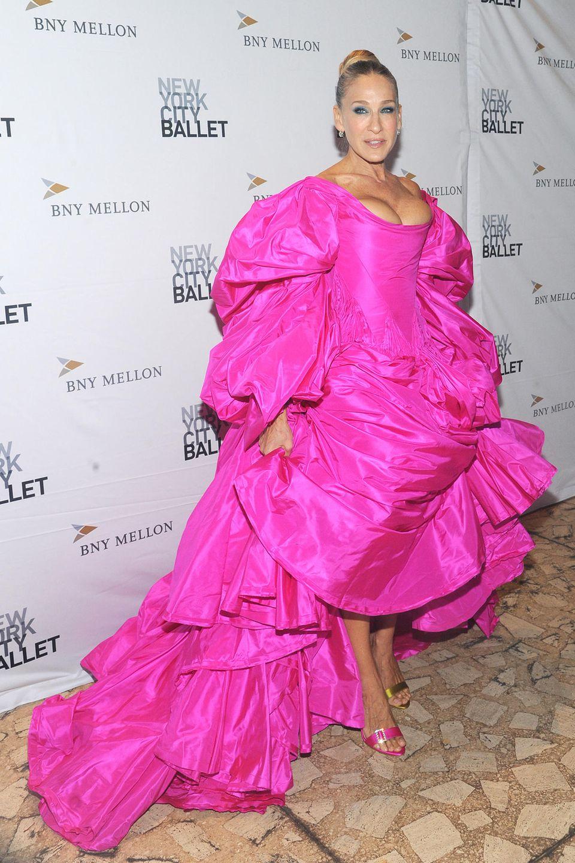 ... wie hier auf der Fashion Fall Gala in New York City. In einem voluminösen pinkfarbenen Kleid stiehlt die 54-Jährige allen anderen Gästen die Show.