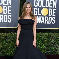 Jennifer Aniston sieht fabelhaft aus in ihrer schwarzen Dior Haute Couture Robe mit auffälligem Dekolleté und Schleppe.