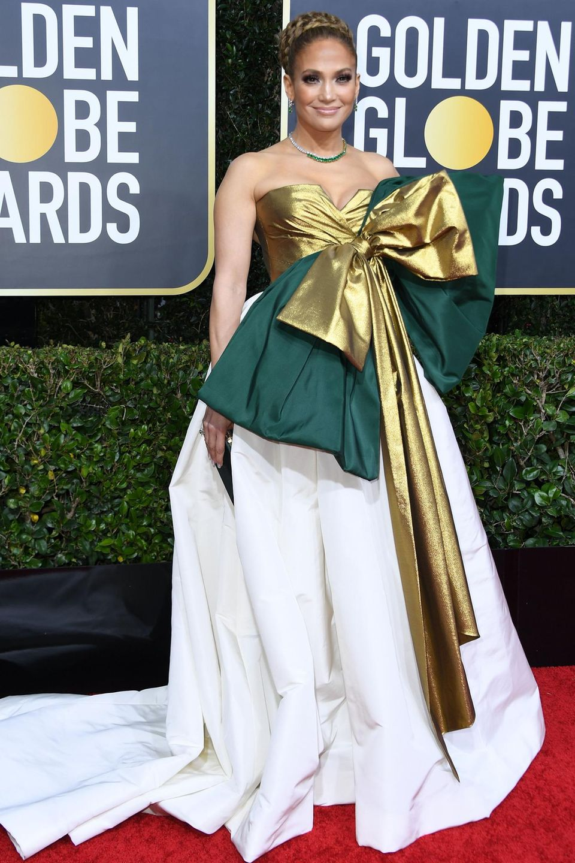 Jennifer Lopez sieht in ihrem Valentino Couture-Kleid aus wie ein übergebliebenes Weihnachtsgeschenk.