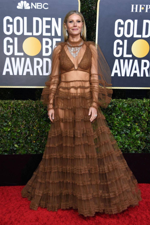 Gwyneth Paltrow zeigt ihre Bauchmuskeln in einem durchsichtigen Spitzenkleid von Fendi.