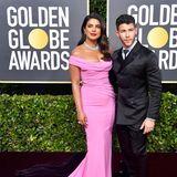 """Priyanka Chopra, hier mit Ehemann Nick Jonas, gibt ihrer Robe von Cristina Ottaviano die """"Pretty in Pink""""."""