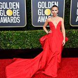 Scarlett Johansson ist ihrer roten Traumrobe von Vera Wang Collection eine wahre Augenweide.