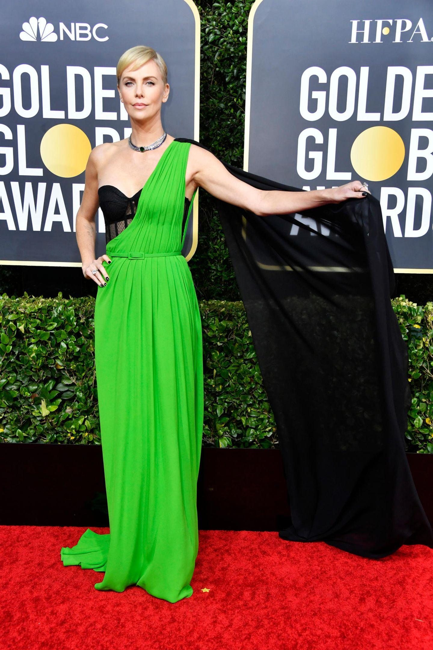 Fashion-SuperheldinCharlize Theron sorgt mit ihrem Outfit von Christian Dior Haute Couture für den schönsten Farbklecks des Abends.
