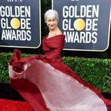 Schwungvoll schwebt Helen Mirren in tiefroter Robe von Christian Dior Haute Couture über den Red Carpet der Golden Globes.